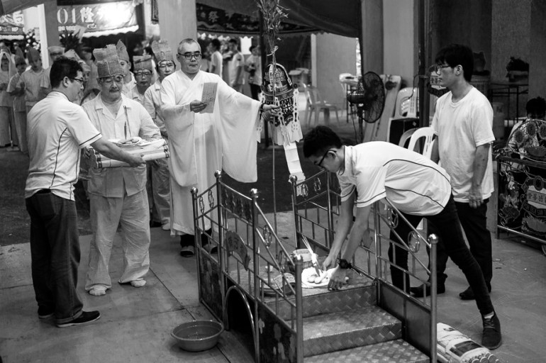 Chinese Funeral, Singapore, Traditions, Leica, Jamie Chan, Photography, priest, black and white, bridge