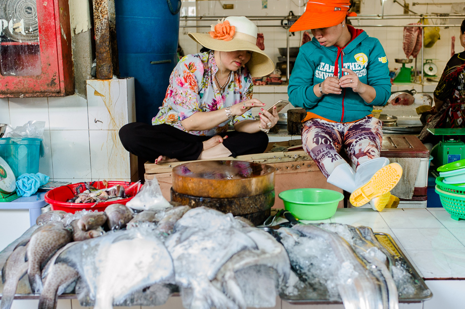 Bến Thành, Ho Chin minh, Street Photography, Leica, No Foreign Lands, Travel Blogger, Jamie Chan, Fish seller, gossip