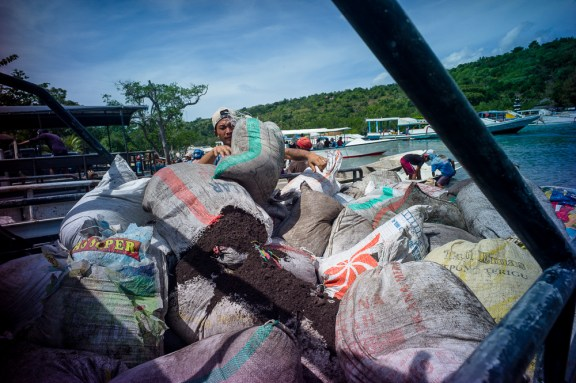 Lomography, New Russar+ Lens, Sandy Beach, Nusa Lembongan, Sea, Leica M-E, workers