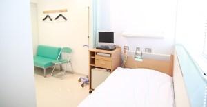 大きな窓がある明るい病室