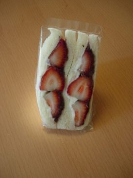 写真はイチゴのフルーツサンド