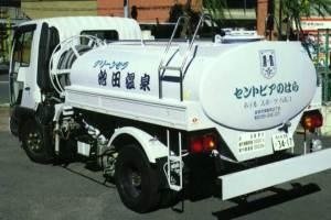 温泉輸送のタンクローリー