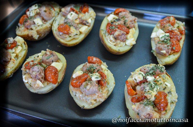 Patate-ripiene-di-salsiccia-mozzarella-e-pomodori-confit-al-forno