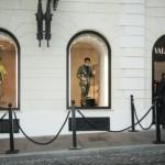 マネキンじゃないよ!僕たち本物です!映画『ズーランダー2』のプロモでデレクとハンセルがローマのヴァレンティノショップに登場!!
