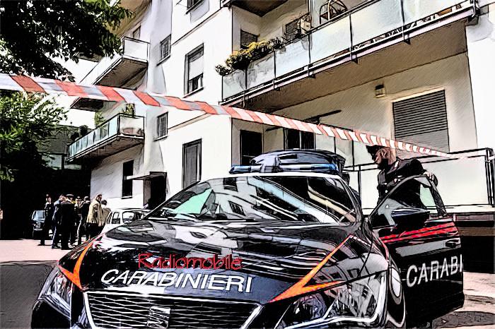 Carabinieri all'ingresso del palazzo dove una donna è stata trovata morta in casa a Firenze, 21 aprile 2016. ANSA/MAURIZIO DEGL INNOCENTI