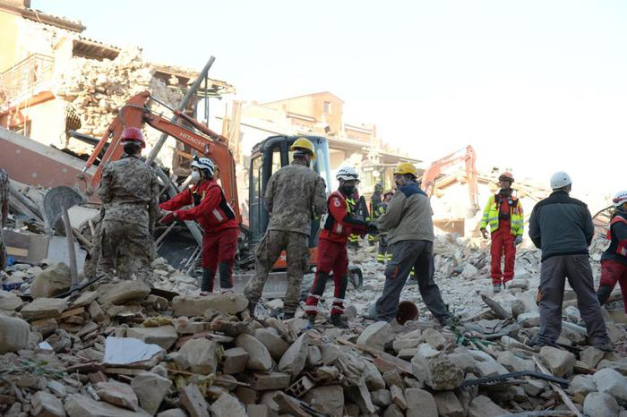 epa05510651 A handout picture released by the Italian Army (Esercito Italiano, EI) Press Office on 26 August 2016, shows rescue teams working amid the rubble of collapsed buildings during a search and rescue operation in the mountain village of Amatrice, Lazio Region, Italy. The Civil Protection Department said on 26 August 2016, that the latest provisional death toll from 24 August's earthquake in central Italy is of 267 dead. Of these, 207 died in the Lazio mountain village of Amatrice, 11 in nearby Accumoli and 49 in the village of Arquata del Tronto, in the neighboring Marche region. EPA/ITALIAN ARMY PRESS OFFICE -- ANSA PROVIDES ACCESS TO THIS HANDOUT PHOTO TO BE USED SOLELY TO ILLUSTRATE NEWS REPORTING OR COMMENTARY ON THE FACTS OR EVENTS DEPICTED IN THIS IMAGE; NO ARCHIVING; NO LICENSING -- HANDOUT EDITORIAL USE ONLY/NO SALES/NO ARCHIVES