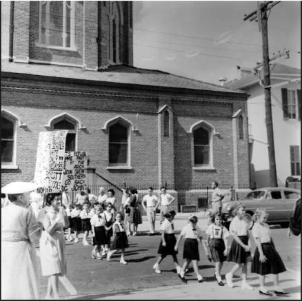White Catholics protesting the integration of St. Rose de Lima on September 4, 1962 (T-P photo)
