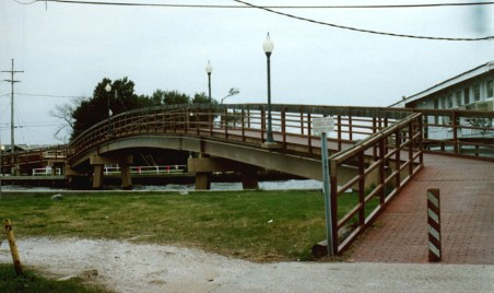 The Bucktown Bridge, connecting Orpheum Street in Metairie to West End in New Orleans, 1995 (Edward Branley photo)