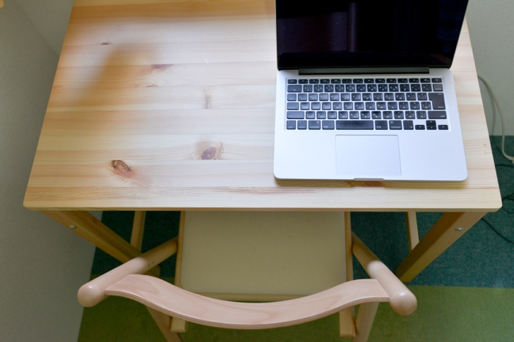 無印良品の「パイン材テーブル」とMacBook