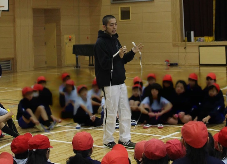 小学生に縄跳びを教える粕尾さん(写真は2016年)引用元:なわとび1本で何でもできるのだ