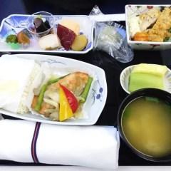 国際線ANAビジネスクラス搭乗記をブログ記事でレポート。機内食やサービス内容を写真つきで解説します