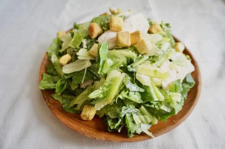 コストコのチキンシーザーサラダを盛り付けた風景