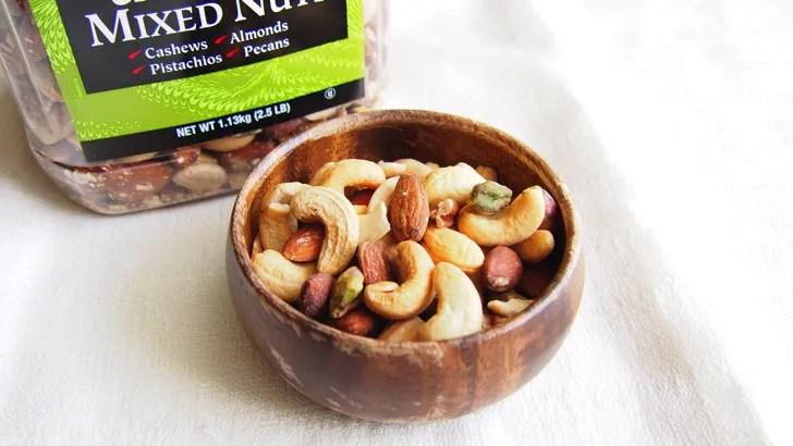 コストコのミックスナッツ(無塩)(お皿に盛り付けた様子)