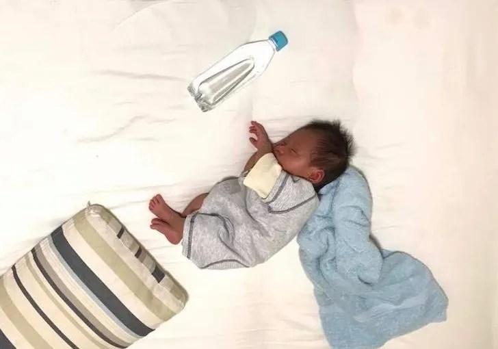 ペットボトルと並べて撮影した乳児