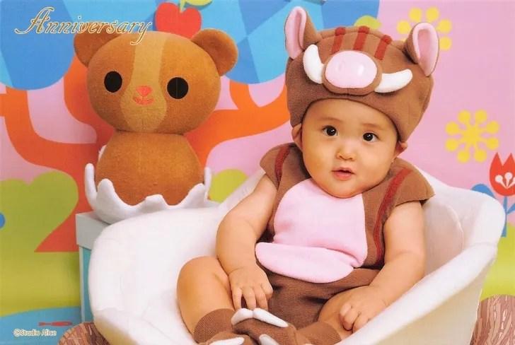 イノシシの着ぐるみ衣装を着た赤ちゃん