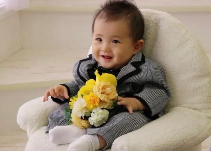 チェックのスーツを着て微笑む赤ちゃん
