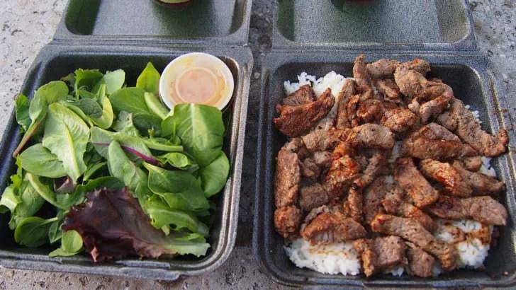 ハワイ旅行のときにおすすめの部屋食(ワイキキビーチ沿いにあるステーキシャックのステーキプレート)