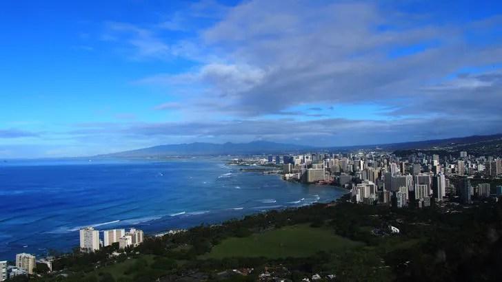 ハワイ・オアフ島にあるダイヤモンドヘッド(山頂から見えるワイキキ側の景色)