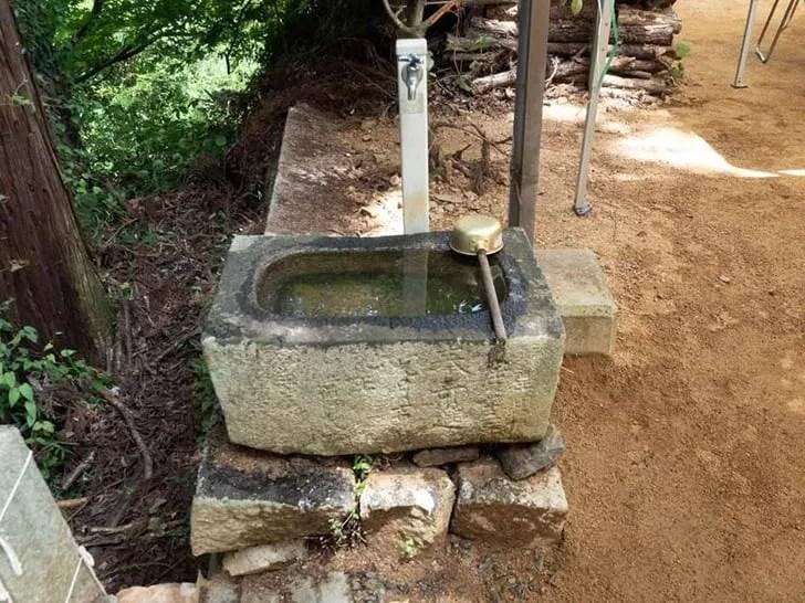 神社の参拝方法 - 屋根の無い手水鉢
