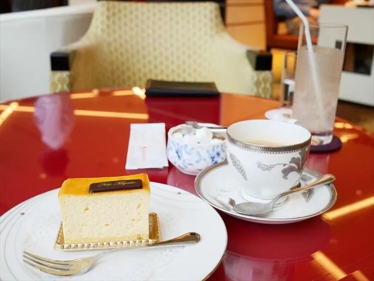 ホテルラウンジでケーキとコーヒー