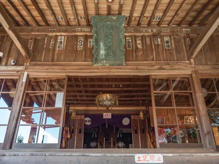 厄払いの神社の拝殿
