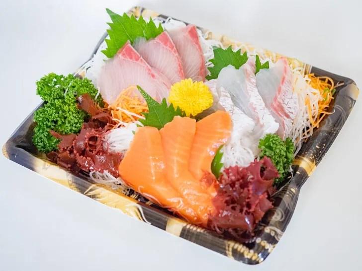 重陽の節句で食べる食用菊が刺身に添えられているようす