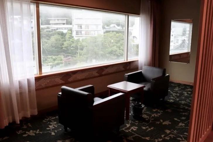 ニューフジヤホテルの窓際に置かれたソファー