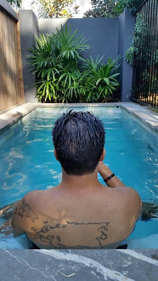 Em nossa piscina privada na pousada 28 Degrees Byron Bay