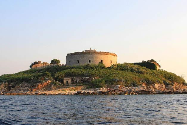https://i0.wp.com/nomadesdigitais.com/wp-content/uploads/2016/01/mamula-island-fort-92.jpg