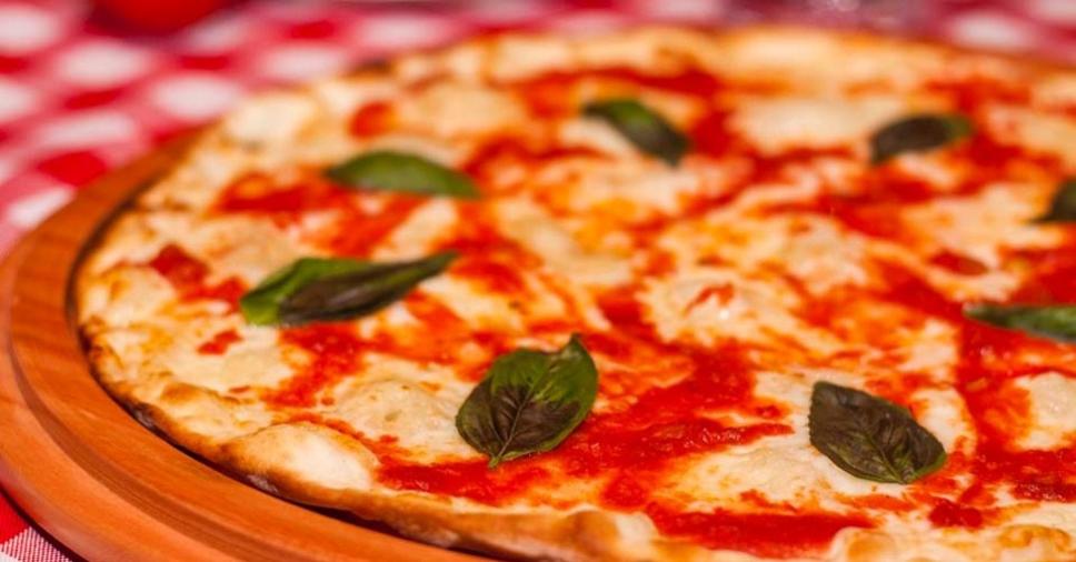 pizza-margherita-feita-com-mucarela-de-leite-de-ovelha-1429911821292_956x500