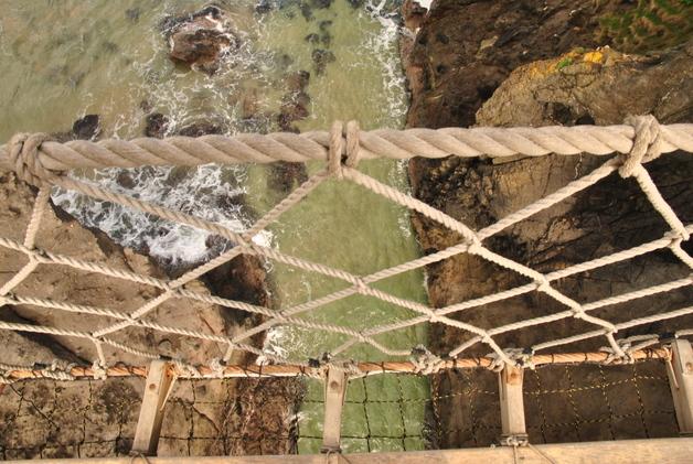 Carrick-a-Rede_Rope_Bridge,_Antrim,_Northern_Ireland_(7107478475)_(2)