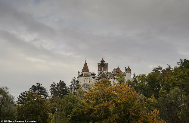 7mptingzoe2c92c7f41772d1226-3842910-bran_castle_was_originally_a_military_fortress_strategically_set-a-24_1476710434073