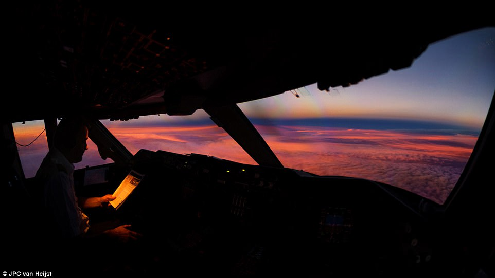 408BC87400000578-4530032-A_beautiful_sunset_during_a_quiet_moment_over_the_Yukon_flying_f-a-12_1495535772177