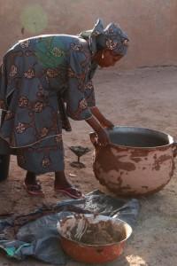 Aya prepares a stew for the dignitaries.