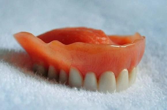 proteza dentara uitata in camera unitatii de cazare