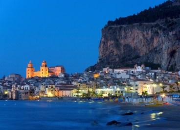 Altstadt, Meer, blaue Stunde, Daemmerung, Cefalu, Provinz Palermo, Sizilien, Italien (Bildtechnik: sRGB, 36.39 MByte vorhanden)