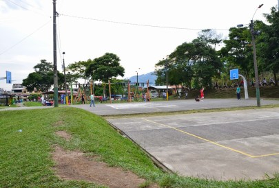Basketball court at Parque Lago de la Pradera in Dosquebradas, Risaralda, Colombia