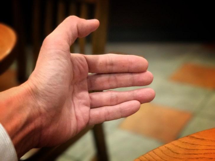 握手を求める手