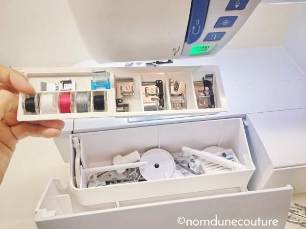 espace de rangement pour accessoires de machine à coudre