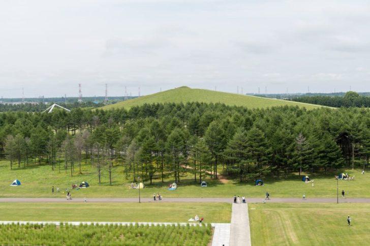 ガラスのピラミッド屋上からプレイマウンテン方面