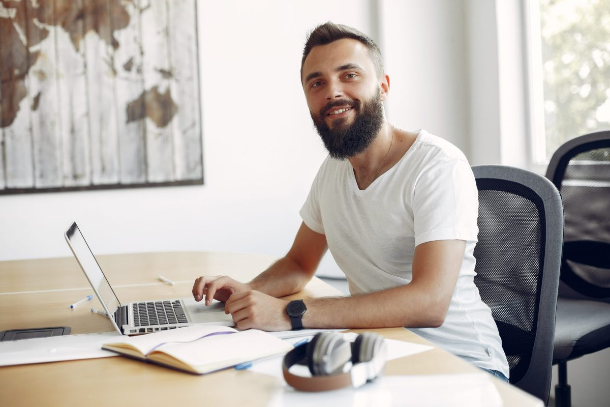 Empresario hipster trabajando para la página web de comercio electrónico B2B