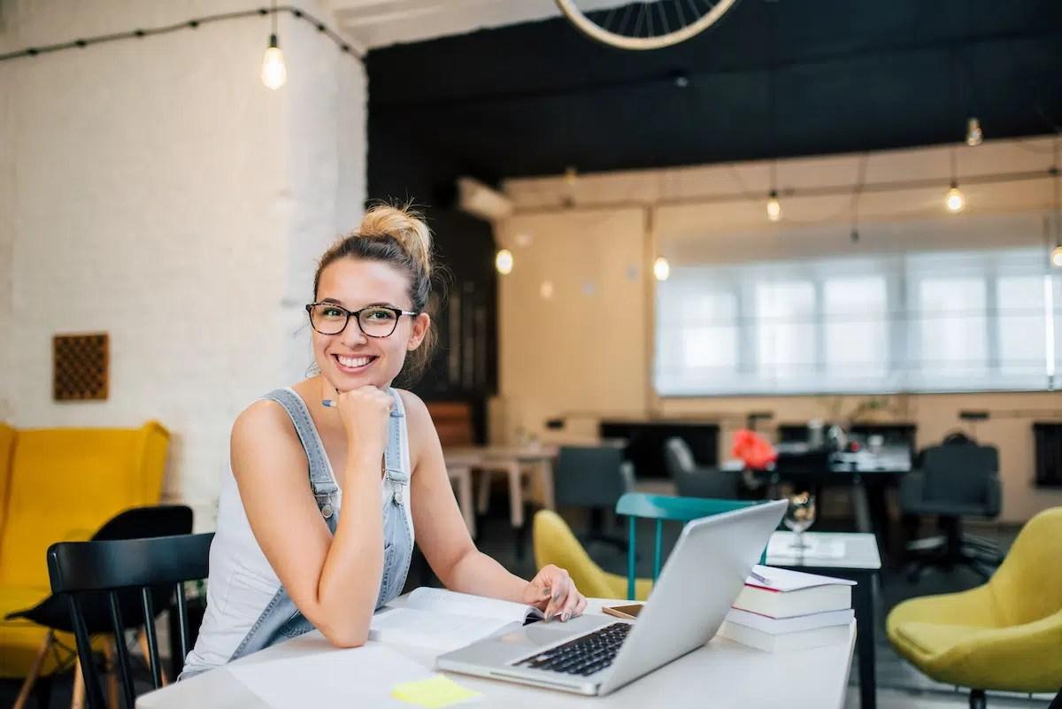 Chica joven entusiasta quiere crear una página web de su fundación