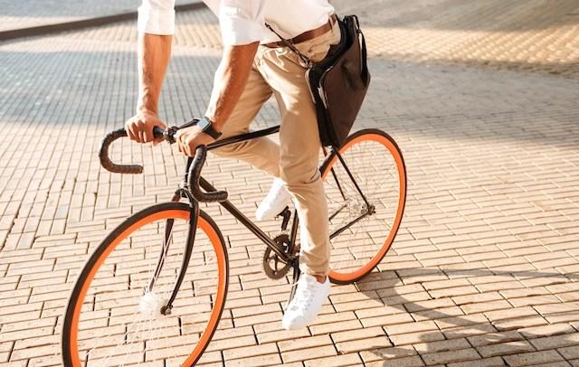 Soporte Wordpress representado con un chico tranquilo rondando en su bicicleta