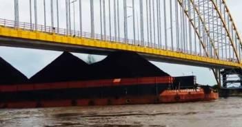 Gunungan Batu Bara Hajar Jembatan Martadipura