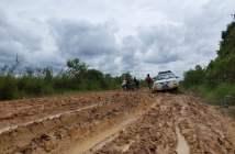Usai Banjir di Kubar, Badan Jalan Kini Berlumpur