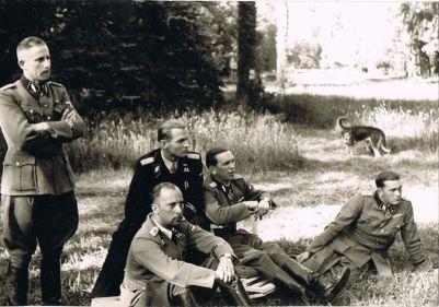 Kanan ke kiri : Gerhard Bremer, Kurt Meyer, Max, Wilhelm Mohnke, Hermann Besuden - Bremer ditahan pemerintah Prancis selama 6 tahun, Meyer dijatuhi 14 tahun penjara, Mohnke ditahan selama 10 tahun