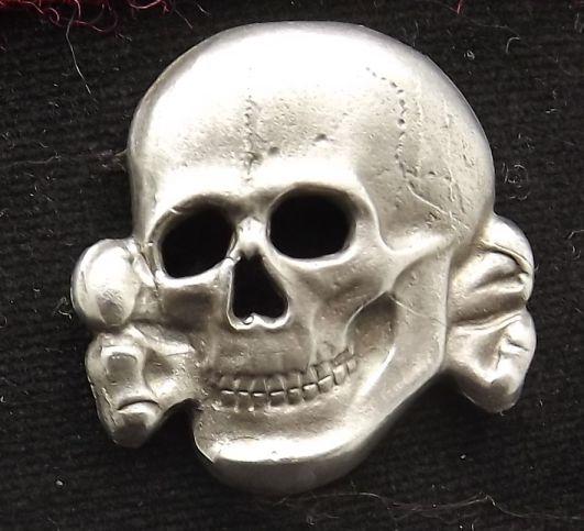 Logo 'totenkopf'; logo pasukan SS yang dikenakan Max di topinya (foto kiri). Logo ini berarti mereka siap mati untuk melindungi tanah airnya