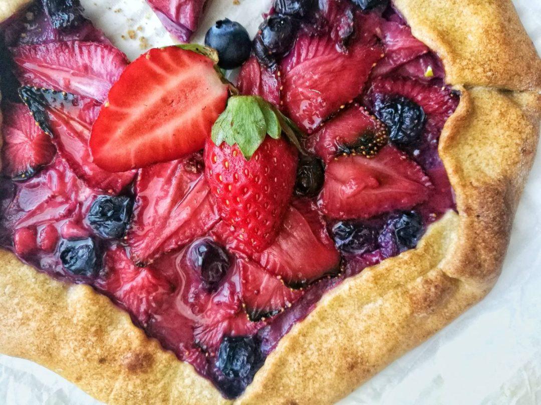 Ricetta Crostata integrale di farro, fragole e mirtilli - Non Chiamatela Dieta