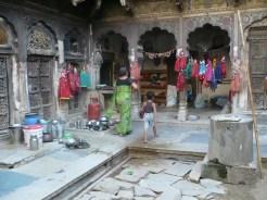 Jaisalmer. Una città meravigliosa. Girare per le sue stradine di terra, piene di animali, gente che bivacca, botteghe, è una vera immersione in una realtà straordinaria. Da non perdere gli haveli, le antiche abitazioni dei ricchi mercanti oggi semi abbandonate o abitate da famiglie locali.