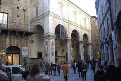 Loggia della Mercanzia, sede della corporazione dei mercanti: i volti dei santi sono scolpiti in direzione di Firenze, da cui Siena doveva proteggersi.